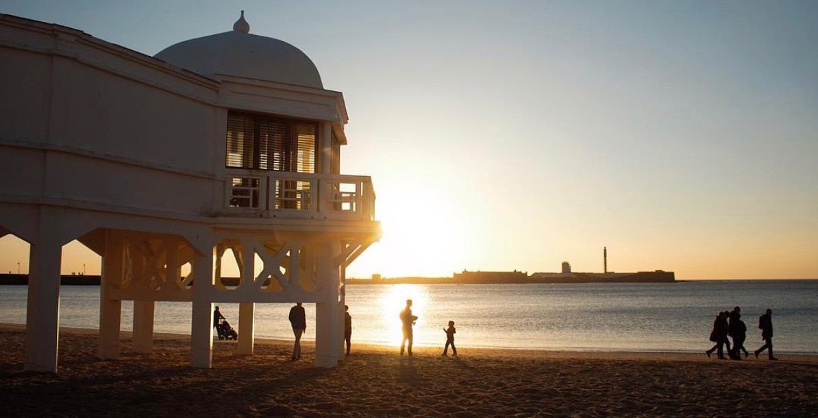 Spanischer Strand mit Sonnenuntergang